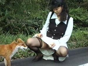 狐に餌をやるノーパン女
